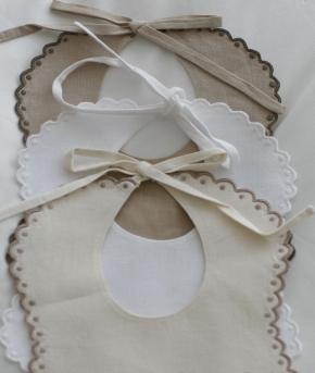 Текстиль для детей: полотенца, халаты, постельное бельё и др.. Нагрудник круглый Маленький кружки лен от Catherine Denoual Maison
