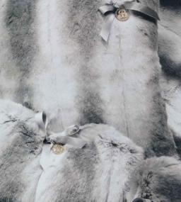 Пледы Покрывала Deluxe. Плед-покрывало Cincilla (140х190) и две декоративные подушечки от Blumarine Серый  art.61115-13